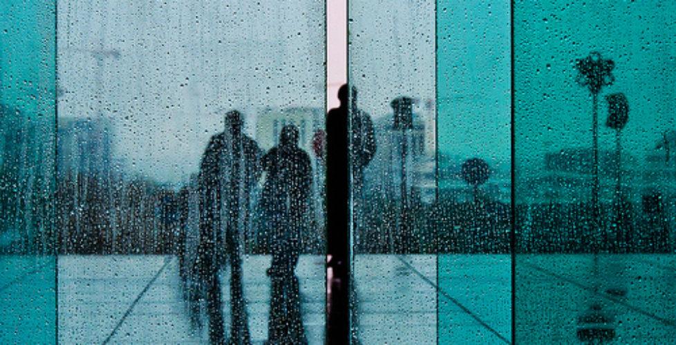 Tre uomini sotto la pioggia